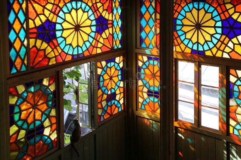 Ξύλινο μπαλκόνι στο παραδοσιακό της Γεωργίας ύφος με stained-glass τα παράθυρα στοκ φωτογραφίες