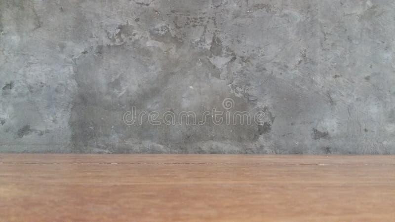 Ξύλινο πάτωμα με το υπόβαθρο τοίχων τσιμέντου στοκ εικόνα