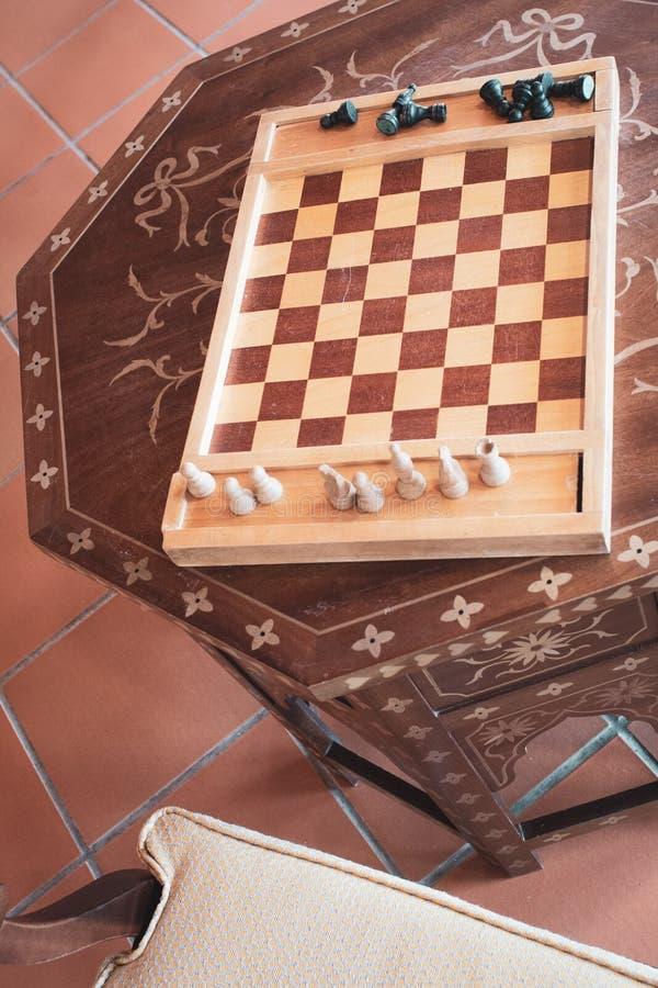 Ξύλινο, παλαιό επιτραπέζιο παιχνίδι σκακιού υπό εξέλιξη στοκ φωτογραφίες