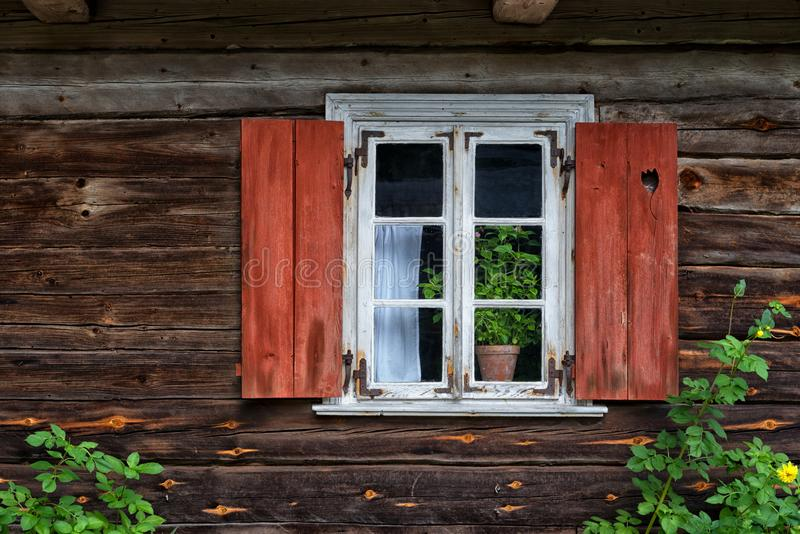 Ξύλινο παράθυρο με τα παραθυρόφυλλα Λιθουανία στοκ φωτογραφία