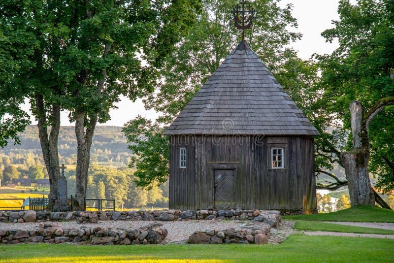 Ξύλινο παρεκκλησι στο ανάχωμα Kernave, Λιθουανία στοκ εικόνα