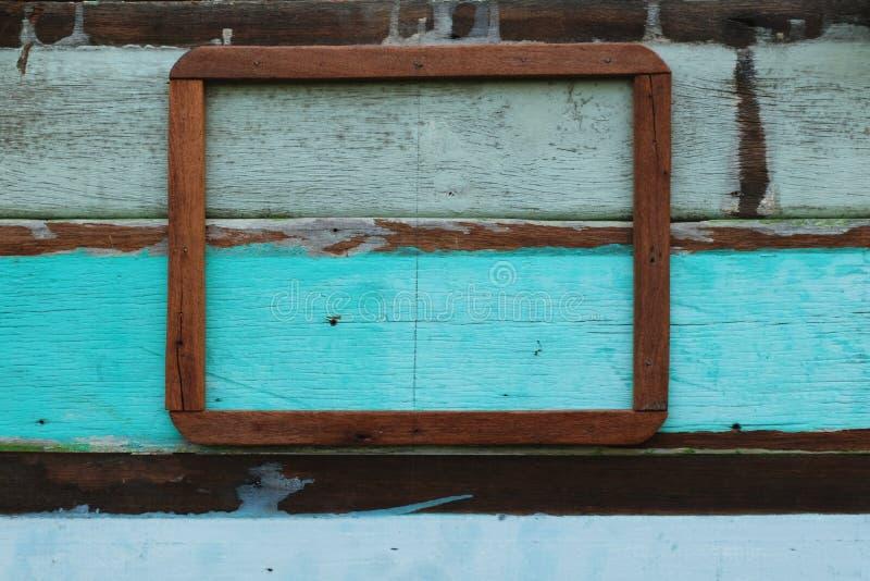 Ξύλινο πλαίσιο εικόνων στο ζωηρόχρωμο εκλεκτής ποιότητας τοίχο στοκ φωτογραφία με δικαίωμα ελεύθερης χρήσης