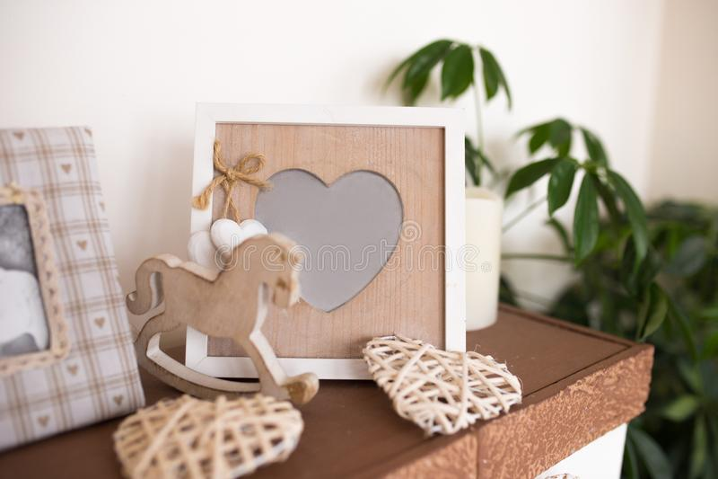 Ξύλινο πλαίσιο φωτογραφιών με μορφή της καρδιάς Όμορφες εσωτερικές λεπτομέρειες στοκ φωτογραφίες
