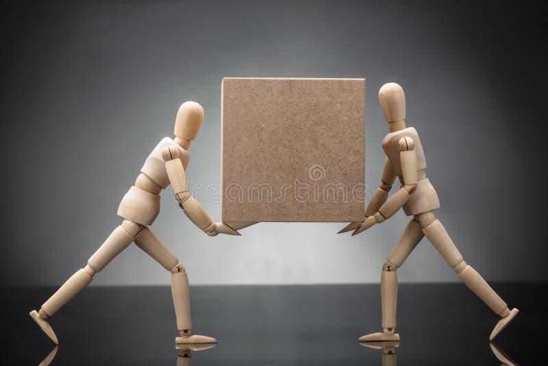 Ξύλινο πλαστό φέρνοντας κουτί από χαρτόνι ζεύγους στοκ εικόνες με δικαίωμα ελεύθερης χρήσης