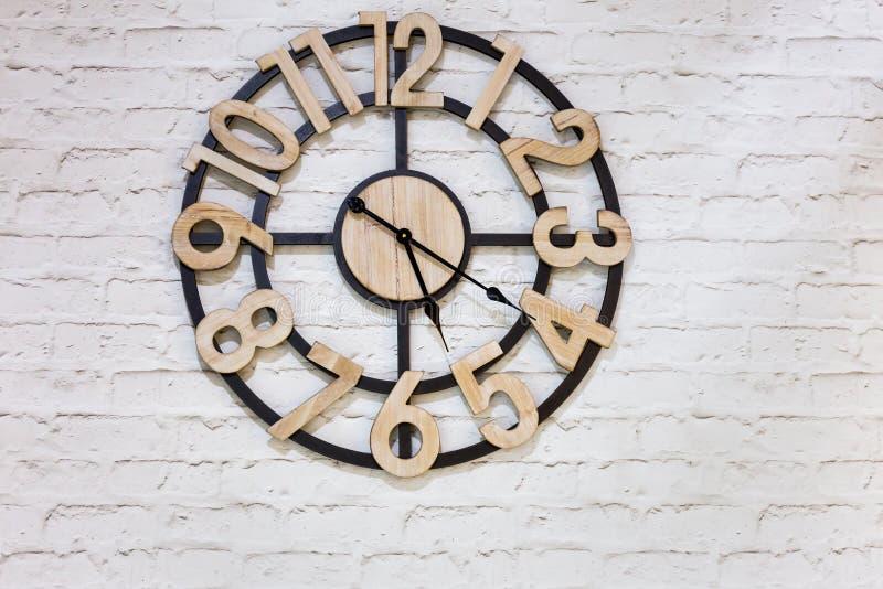 Ξύλινο ρολόι τοίχων στοκ φωτογραφία με δικαίωμα ελεύθερης χρήσης