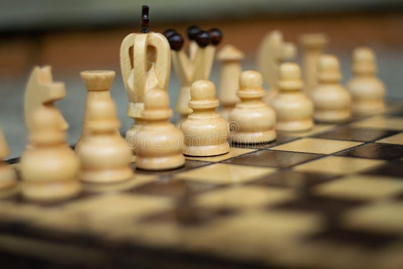 Ξύλινο σκάκι στον πίνακα σκακιού στοκ εικόνα