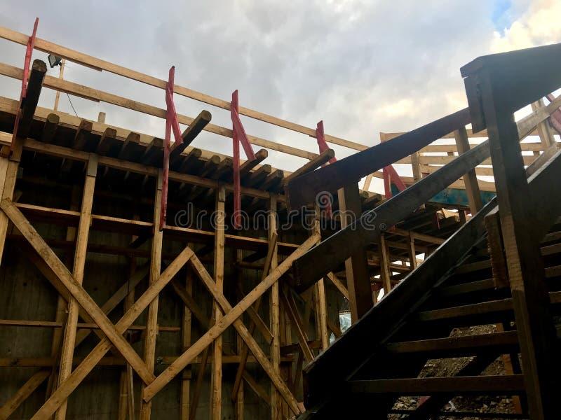 Ξύλινο σκαλοπάτι στο εργοτάξιο οικοδομής στοκ εικόνες