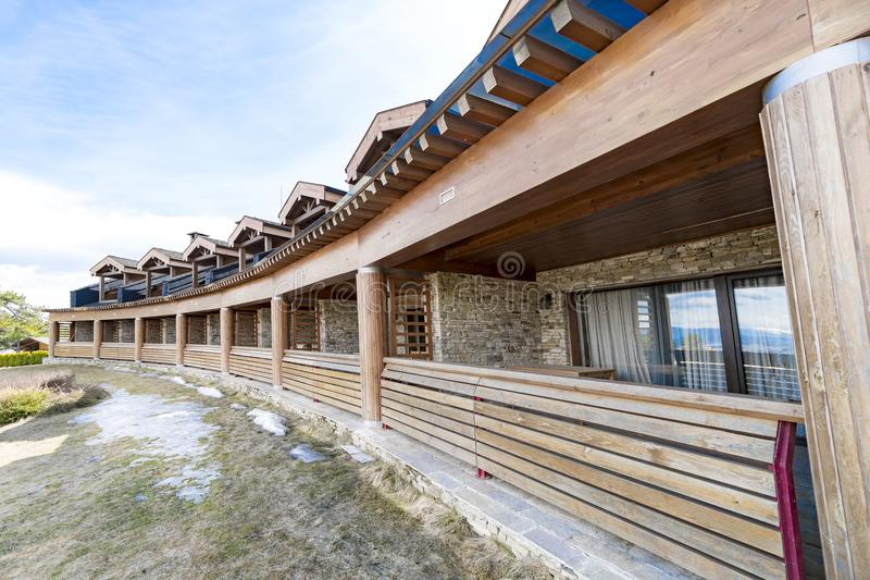 Ξύλινο σπίτι εξοχικών σπιτιών πολυτέλειας διαμερισμάτων διακοπών στοκ εικόνα