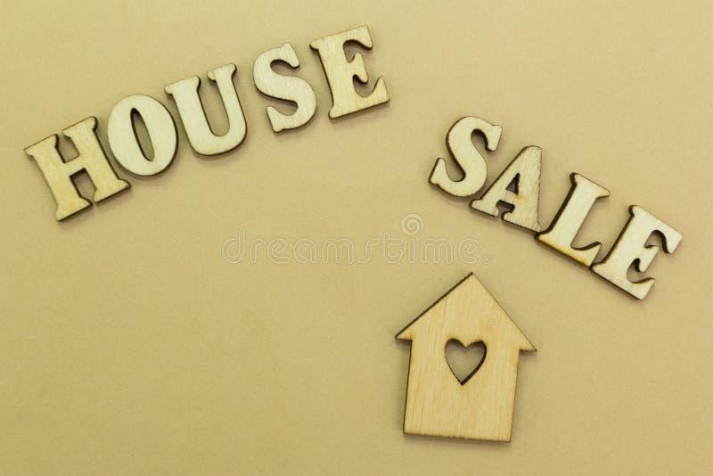 Ξύλινο σπίτι και η επιγραφή στοκ εικόνα με δικαίωμα ελεύθερης χρήσης