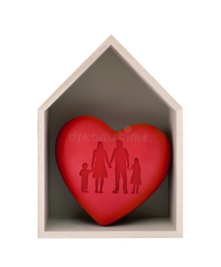 Ξύλινο σπίτι και κόκκινη καρδιά με την αποτυπωμένη οικογενειακή μορφή στοκ εικόνες