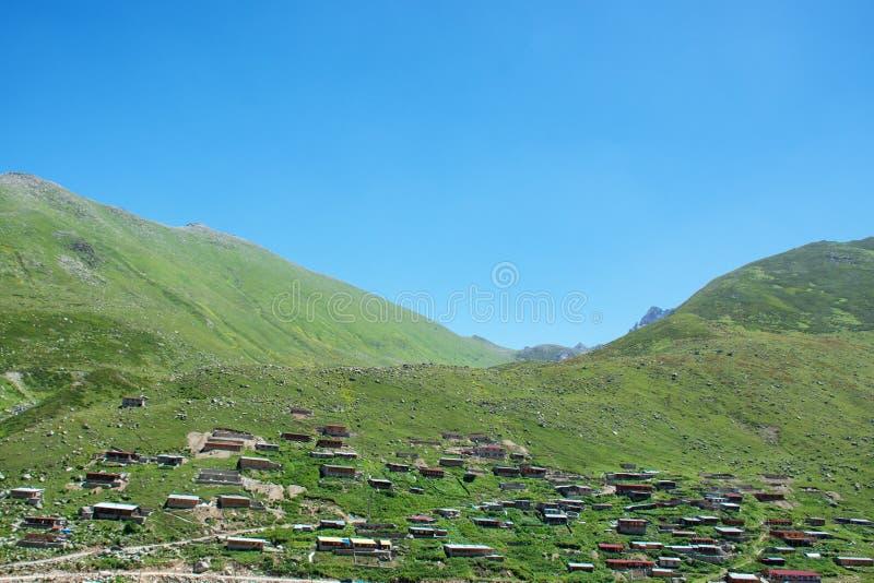 Ξύλινο σπίτι πάνω από το βουνό στοκ φωτογραφία