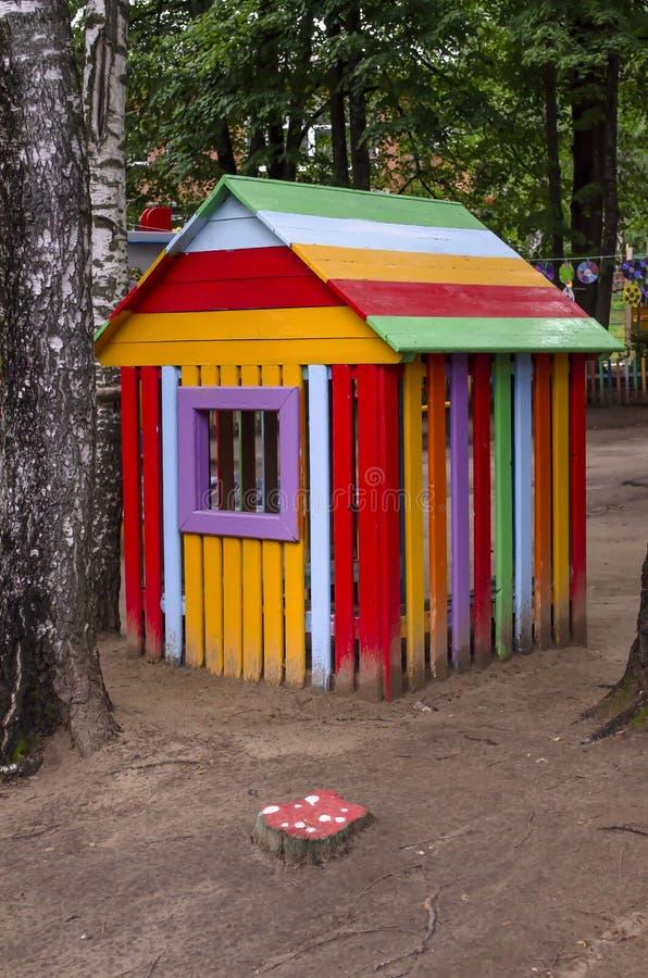 Ξύλινο σπίτι παιδιών στον κήπο Σπίτι για τα παιχνίδια στοκ φωτογραφίες με δικαίωμα ελεύθερης χρήσης