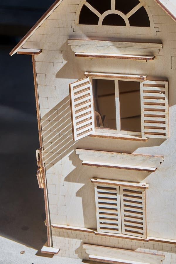 Ξύλινο σπίτι παιχνιδιών Ο κατασκευαστής χάρασε από το κοντραπλακέ για τα παιδιά στοκ εικόνες