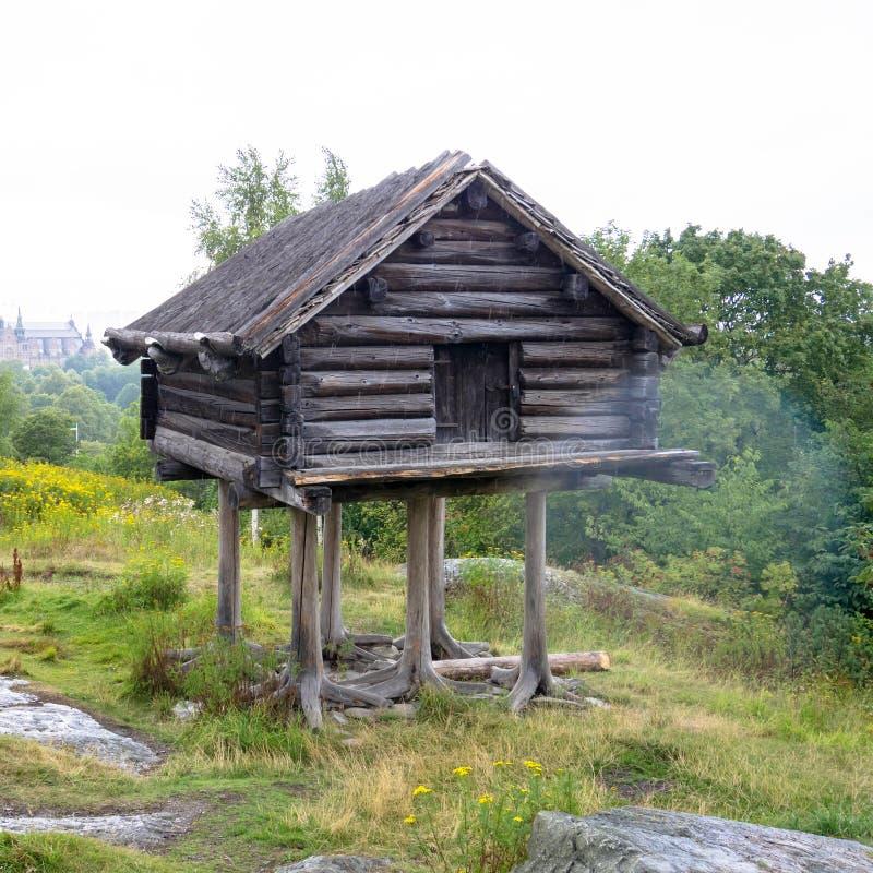 Ξύλινο σπίτι στα πόδια κοτόπουλου ή πουλιών στοκ εικόνα με δικαίωμα ελεύθερης χρήσης