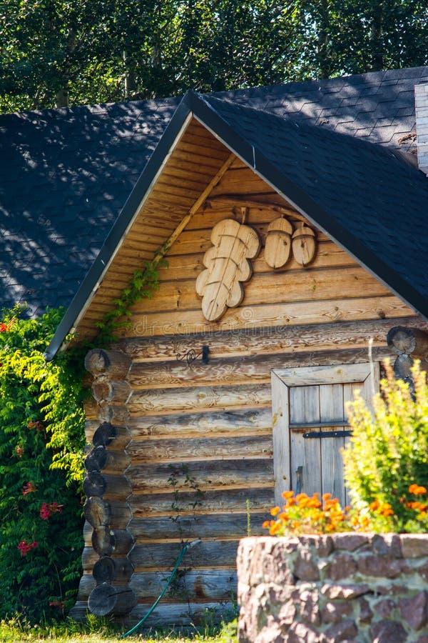 Ξύλινο σπίτι dacha με τον κήπο στοκ εικόνα