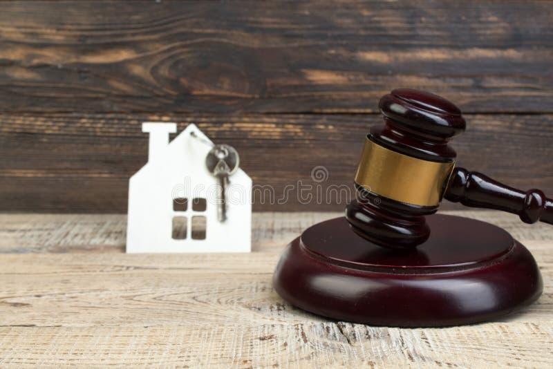 Ξύλινο σπίτι, gavel του δικαστή στο ξύλινο υπόβαθρο αγορά, πώληση της ακίνητης περιουσίας κατοικία στοκ φωτογραφίες με δικαίωμα ελεύθερης χρήσης