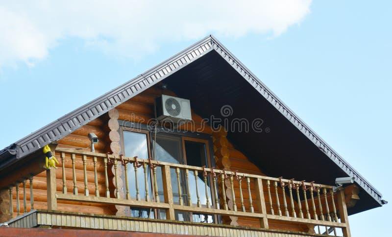 Ξύλινο σύγχρονο σπίτι με το άνετο μπαλκόνι και το πανοραμικό αττικό παράθυρο στοκ φωτογραφία
