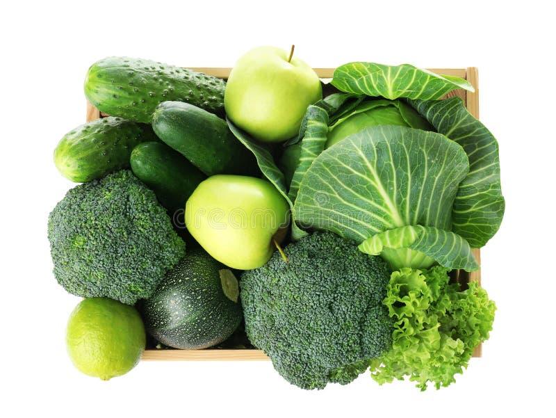 Ξύλινο σύνολο κλουβιών των φρέσκων πράσινων φρούτων και λαχανικών στο άσπρο υπόβαθρο στοκ φωτογραφία με δικαίωμα ελεύθερης χρήσης