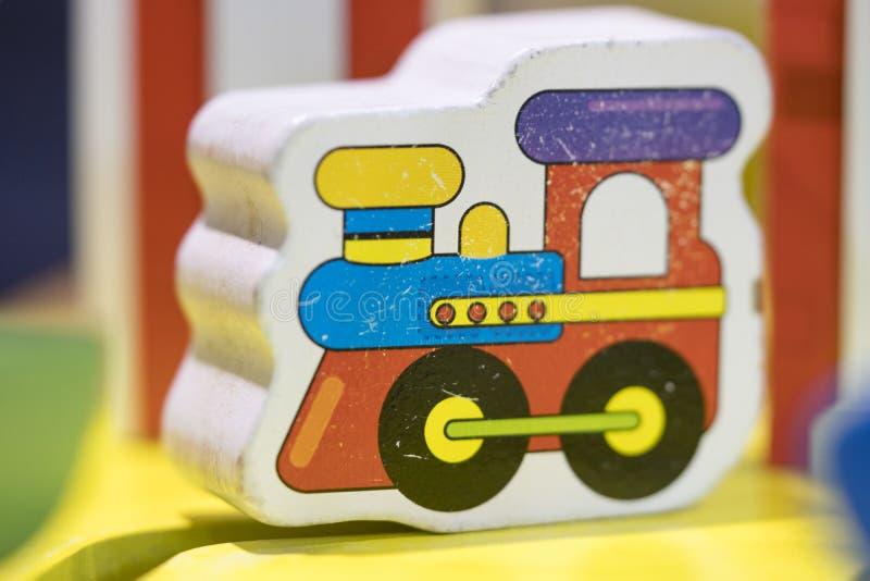 Ξύλινο τραίνο παιχνιδιών - καθορισμένα εκπαιδευτικά παιχνίδια παιχνιδιού για το προσχολικό indoo στοκ εικόνες