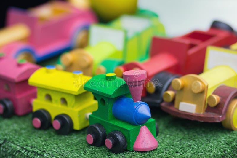 Ξύλινο τραίνο παιχνιδιών, ξύλινη ατμομηχανή στοκ εικόνες