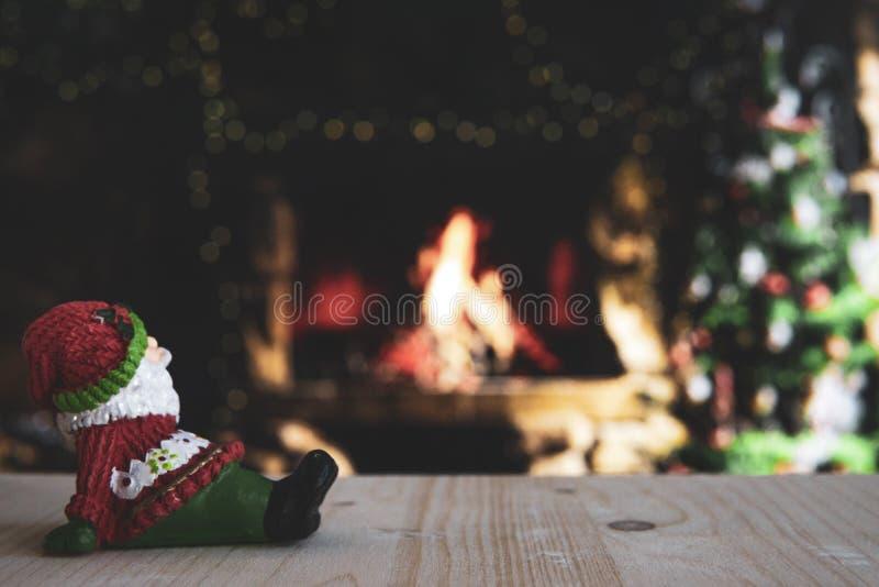 Ξύλινο τραπέζι και Άγιος Βασίλης με θαμπό χριστουγεννιάτικο φόντο στοκ εικόνα με δικαίωμα ελεύθερης χρήσης