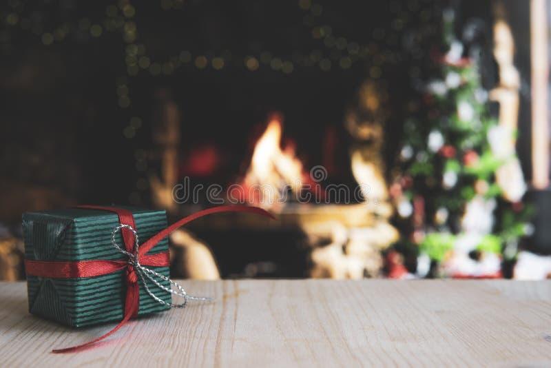 Ξύλινο τραπέζι με θαμπό χριστουγεννιάτικο φόντο και δώρο στοκ φωτογραφίες με δικαίωμα ελεύθερης χρήσης