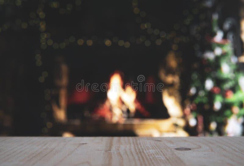 Ξύλινο τραπέζι με θαμπό χριστουγεννιάτικο φόντο στοκ εικόνα