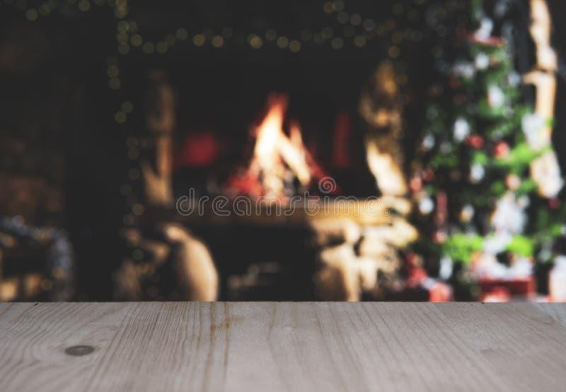 Ξύλινο τραπέζι με θαμπό χριστουγεννιάτικο φόντο στοκ εικόνες με δικαίωμα ελεύθερης χρήσης