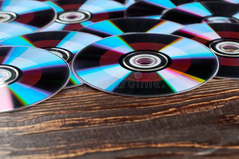 Ξύλινο υπόβαθρο με πολλά CD στοκ εικόνες