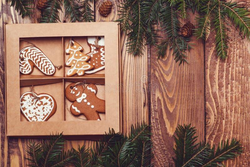 Ξύλινο υπόβαθρο Χριστουγέννων με το δέντρο και το μελόψωμο έλατου στοκ εικόνες