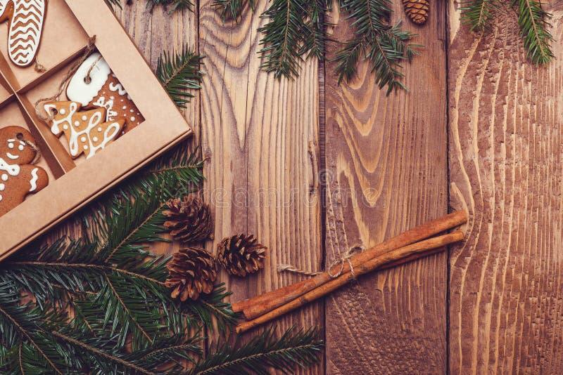 Ξύλινο υπόβαθρο Χριστουγέννων με το δέντρο και το μελόψωμο έλατου στοκ εικόνα με δικαίωμα ελεύθερης χρήσης