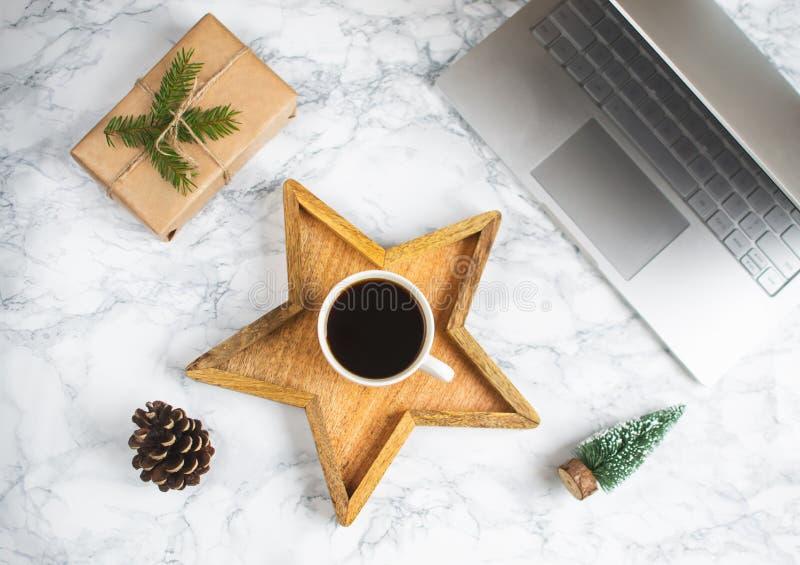 Ξύλινο φλυτζάνι αστεριών δίσκων με τη μαύρη καφέ Χριστουγέννων πρωινού δώρων κιβωτίων διακοσμήσεων εργασίας έννοια έτους lap-top  στοκ εικόνες με δικαίωμα ελεύθερης χρήσης