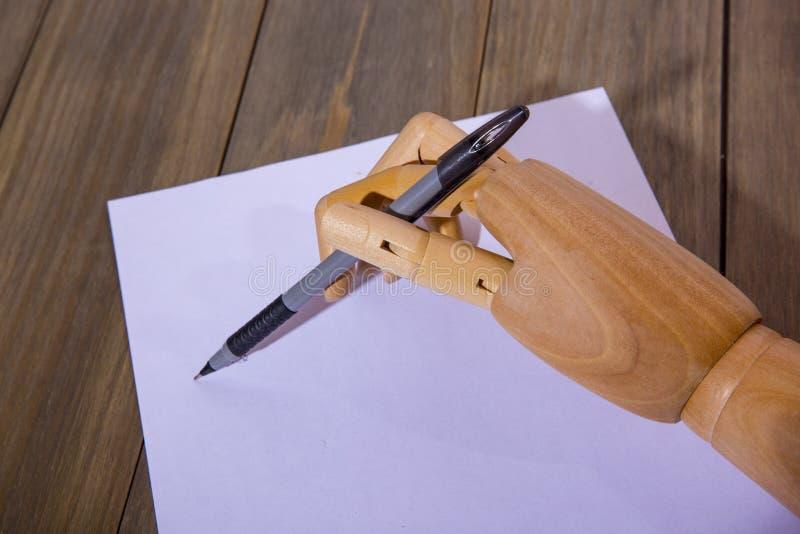 Ξύλινο χέρι που γράφει με μια μάνδρα στοκ φωτογραφίες με δικαίωμα ελεύθερης χρήσης