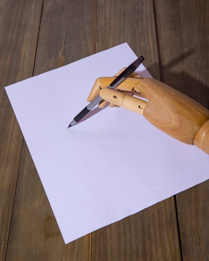 Ξύλινο χέρι που γράφει με μια μάνδρα στοκ φωτογραφία με δικαίωμα ελεύθερης χρήσης