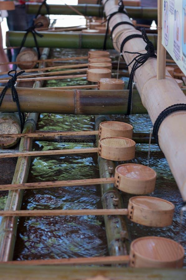 Ξύλινο dipper νερού στη λάρνακα Fushimi Inari στο Κιότο, Ιαπωνία στοκ εικόνες