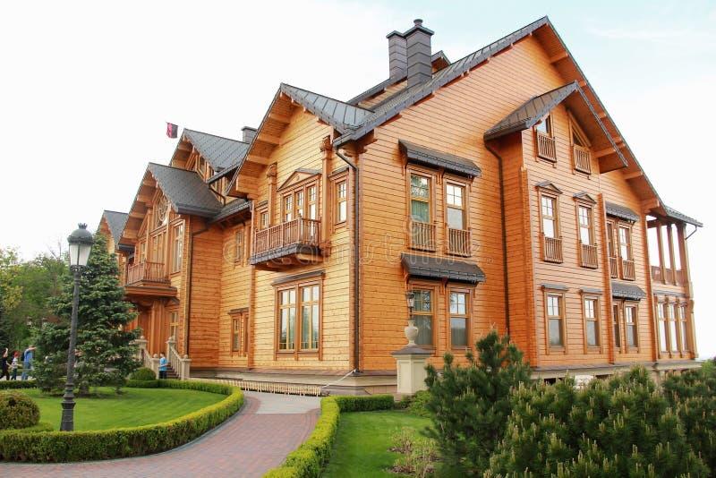 Ξύλινο Honka, η προηγούμενη κατοικία του Προέδρου της Ουκρανίας Βίκτωρ Γιανουκόβιτς σε Mezhyhirya στοκ εικόνες
