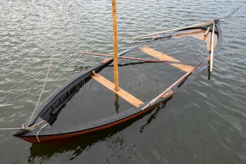Ξύλινο sailboat στη θάλασσα στοκ φωτογραφία