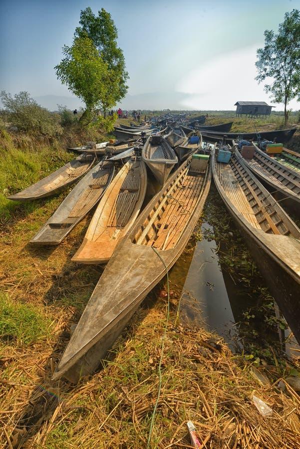 Ξύλινο Sampan κανό του Μιανμάρ στο κανάλι στοκ φωτογραφίες με δικαίωμα ελεύθερης χρήσης