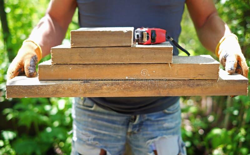 Ξύλο εκμετάλλευσης ξυλουργών στα χέρια στοκ φωτογραφία με δικαίωμα ελεύθερης χρήσης