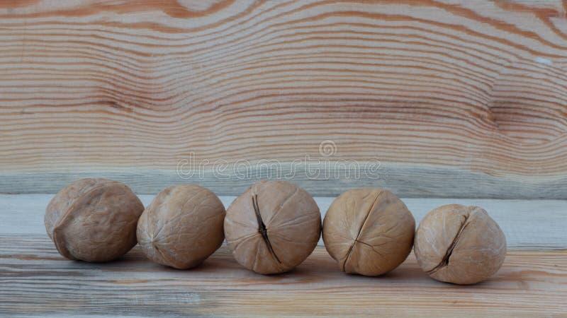 ξύλο καρυδιάς στο ξύλινο υπόβαθρο στοκ εικόνα