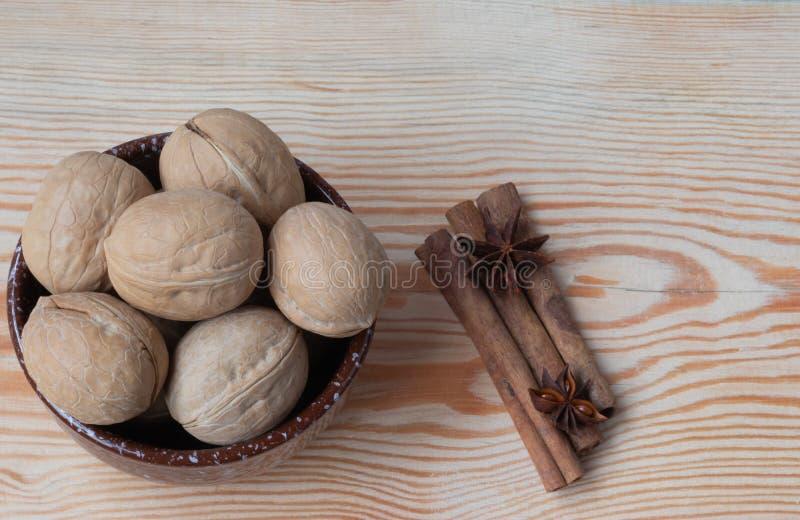 ξύλο καρυδιάς στο ξύλινο υπόβαθρο στοκ εικόνες με δικαίωμα ελεύθερης χρήσης