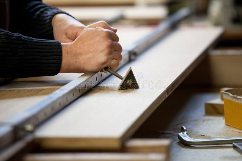 Ξύνοντας κόλλα από το ξύλινο χαρτόνι στοκ φωτογραφία με δικαίωμα ελεύθερης χρήσης