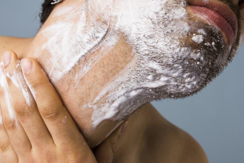 Ξύρισμα νεαρών άνδρων στοκ φωτογραφία με δικαίωμα ελεύθερης χρήσης