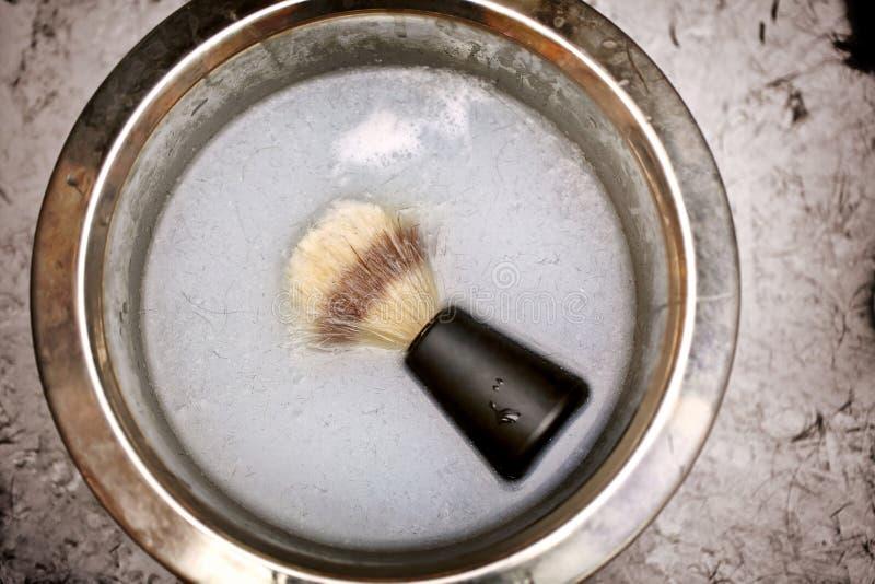 Ξύρισμα της βούρτσας σε ένα κύπελλο στο κατάστημα κουρέων στοκ εικόνα με δικαίωμα ελεύθερης χρήσης
