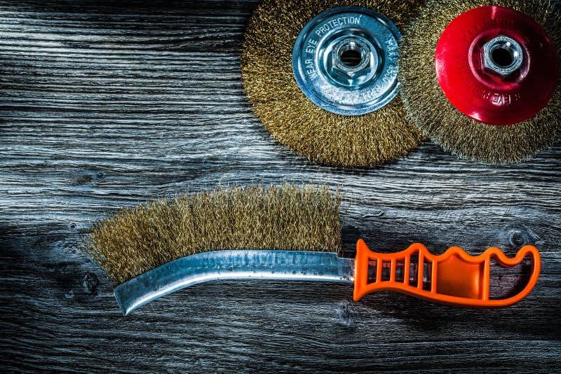 Ξύστε τις βούρτσες καλωδίων στον εκλεκτής ποιότητας ξύλινο πίνακα στοκ φωτογραφία με δικαίωμα ελεύθερης χρήσης