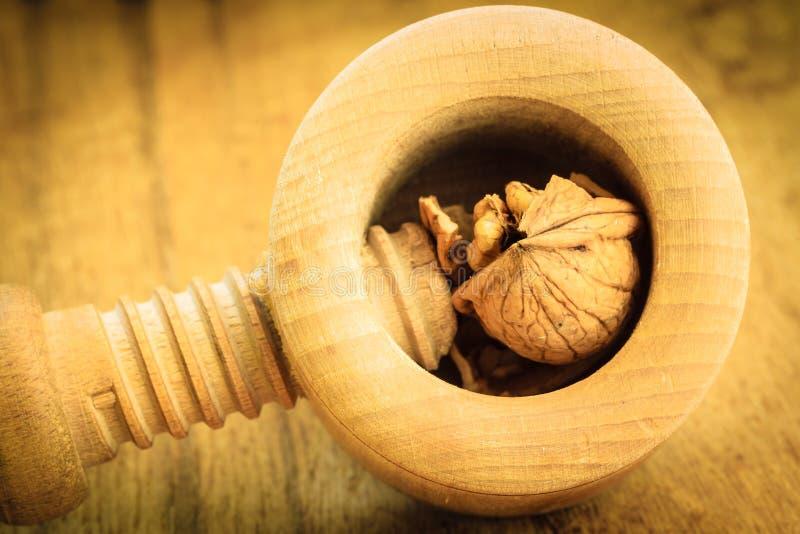 Ξύλα καρυδιάς και καρυοθραύστης στον αγροτικό ξύλινο πίνακα στοκ φωτογραφία με δικαίωμα ελεύθερης χρήσης