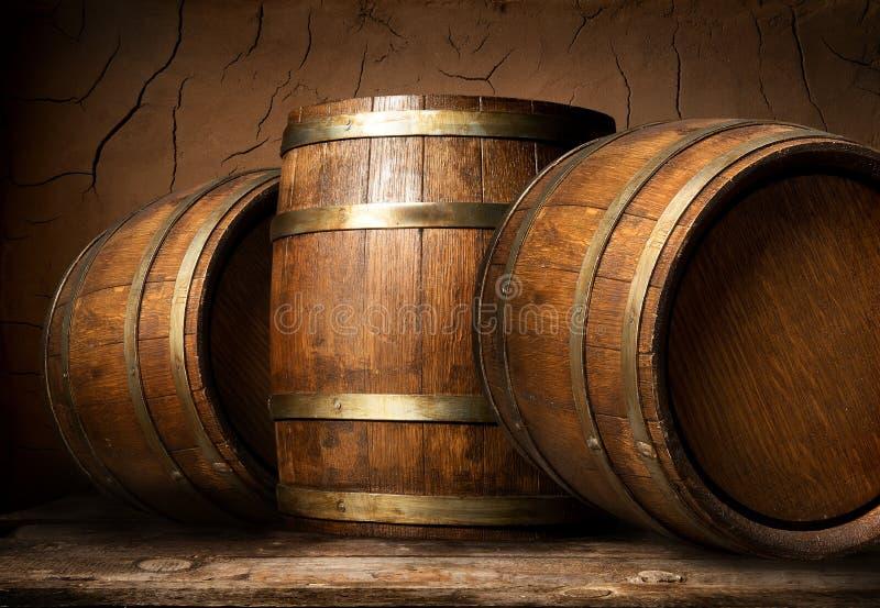 Ξύλινα βαρέλια στο κελάρι στοκ φωτογραφία με δικαίωμα ελεύθερης χρήσης