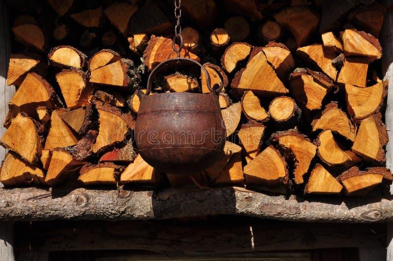 Ξύλινα βοοειδή σωρών και σιδήρου Υπαίθριος σωρός καυσόξυλου στοκ φωτογραφίες με δικαίωμα ελεύθερης χρήσης