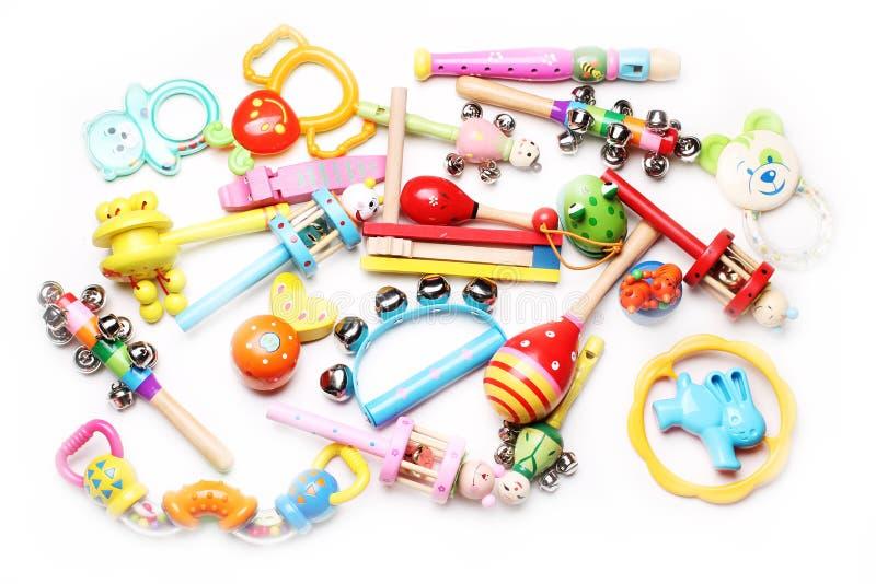 Ξύλινα και πλαστικά κουδουνίσματα για τα παιδιά στοκ εικόνα