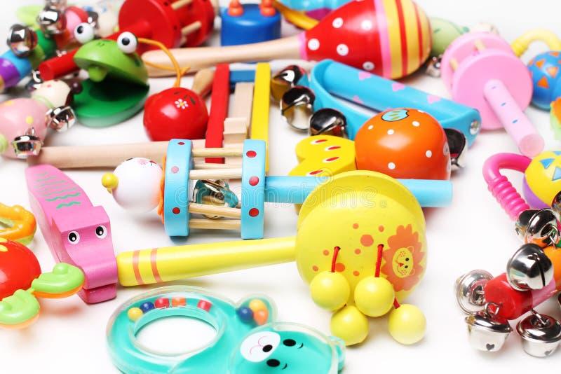 Ξύλινα και πλαστικά κουδουνίσματα για τα παιδιά στοκ εικόνα με δικαίωμα ελεύθερης χρήσης